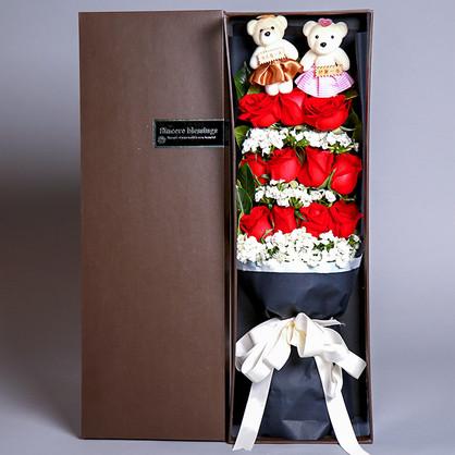 11朵红玫瑰,一对小熊,搭配相思梅、栀子叶